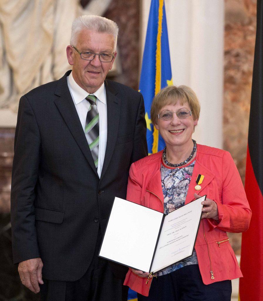 Verleihung des Verdienstordens des Landes Baden-Württemberg an die Vorsitzende Dr. Inge Schöck durch Ministerpräsident Winfried Kretschmann